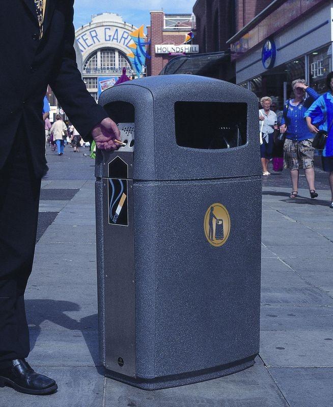 Affaldsbeholder i plast udendørs